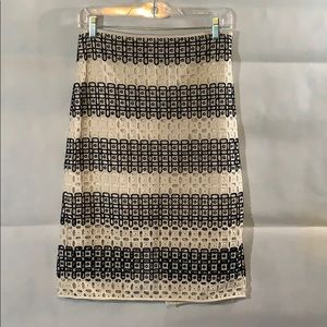 BANANA REPUBLIC A line skirt size 4. Embroidered